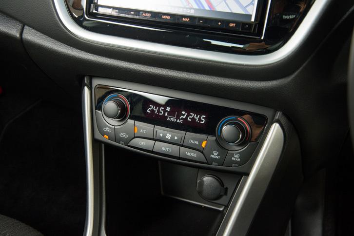 充実した装備も「SX4 Sクロス」の魅力のひとつ。エアコンはフルオート式で、運転席と助手席で個別に温度設定が可能。4WD車にはリアヒーターダクトも備わる。
