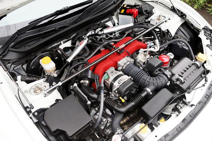 「86 TRD」のエンジンルーム。ハの字形に組み込まれている「モーションコントロールビーム」(写真奥)は、ボディーの変位を抑えつつ振動を減衰する役割を担う。