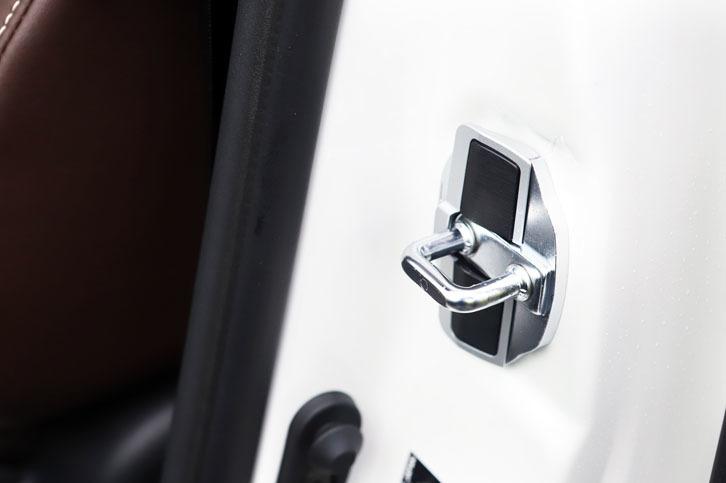 「ドアスタビライザー」は、フロントドアのキャッチ部分に付けることで効果を発揮する。「アルファード/ヴェルファイア」用に続けて、「ノア/ヴォクシー/エスクァイア」用がリリースされている。