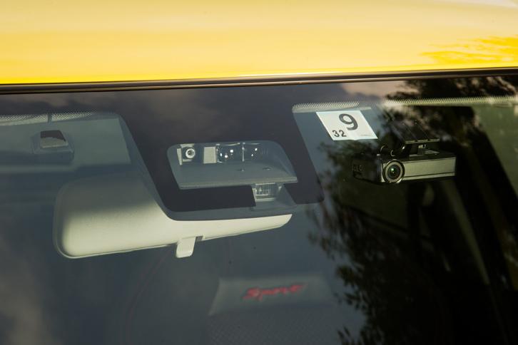 「スイフトスポーツ」には各種運転支援システムやサイドエアバッグなどからなる「セーフティパッケージ」が8万6400円で用意されているほか、プラス5万8320円で全方位モニターも装着可能となっている。