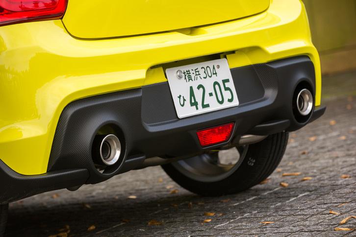 リアビューを引き締める専用デザインのバンパーとデュアルエキゾーストパイプ。排気系についてはマフラー内部の構造と容量を見直すことで、エンジンの回転に対してリニアに音量が上がり、ターボのトルク感を体感できるサウンドを実現しているという。
