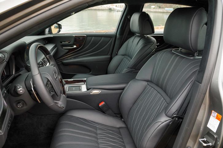 """フロントシートについては高いホールド性と、長時間座っていても疲れない快適性の両立を追求。""""エグゼクティブ""""には28way調整式のパワーシートが装備される。"""