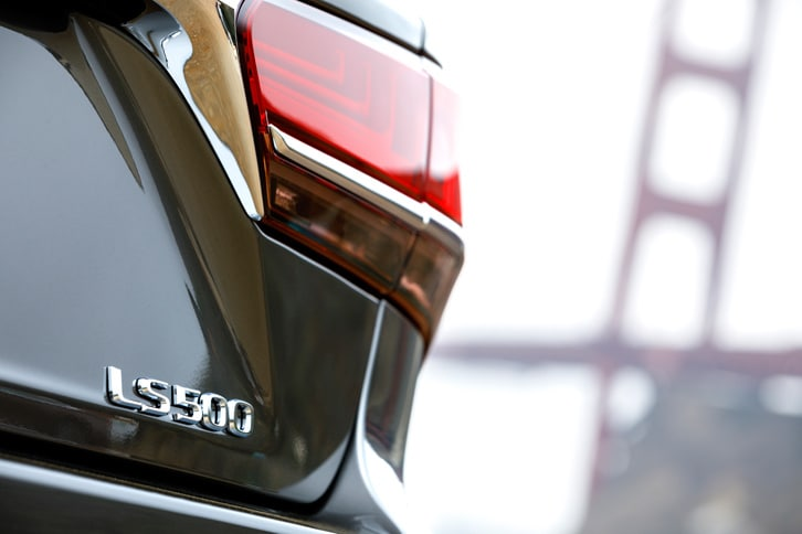 パワープラントには「LS500」に搭載される3.5リッターV6ツインターボエンジンと、「LS500h」の3.5リッターV6エンジン+モーターの2種類を用意。駆動方式には、共にFRと4WDが設定される。