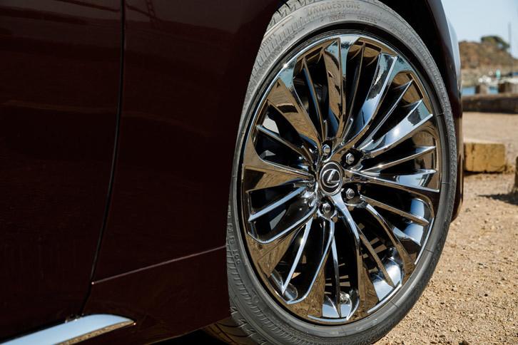 """""""Fスポーツ""""を除き、タイヤサイズは245/50RF19(前後同型)が標準。上級グレードには、オプションで写真の245/45RF20サイズのタイヤも用意される。"""