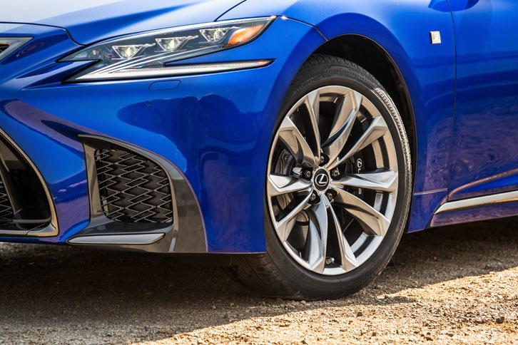 """シャシーについては、""""Fスポーツ""""専用のブレーキや姿勢制御システムを採用。タイヤサイズは前:245/45RF20、後ろ:275/40RF20の前後異サイズとなる。"""