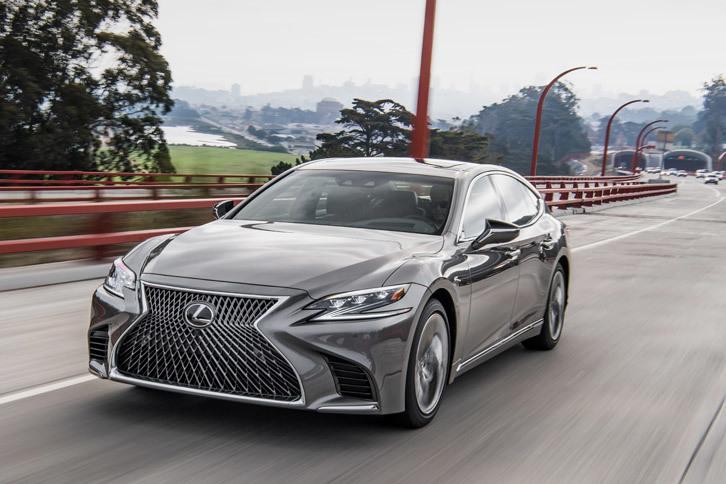 新型「LS」には、前走車追従機能付きクルーズコントロールはもちろん、操舵支援機能のレーントレーシングアシスト、レーンチェンジアシスト、操舵支援機能付きのプリクラッシュセーフティーシステム、ドライバー異常時停車支援システムなど、さまざまな運転支援システムが用意されている。