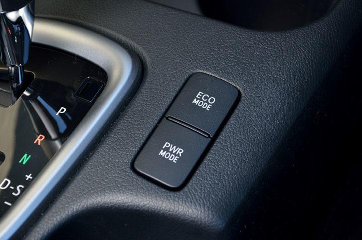 走行モードは、通常モードのほかに、燃費に配慮したエコモードと、ピックアップ重視のパワーモードが選べる。