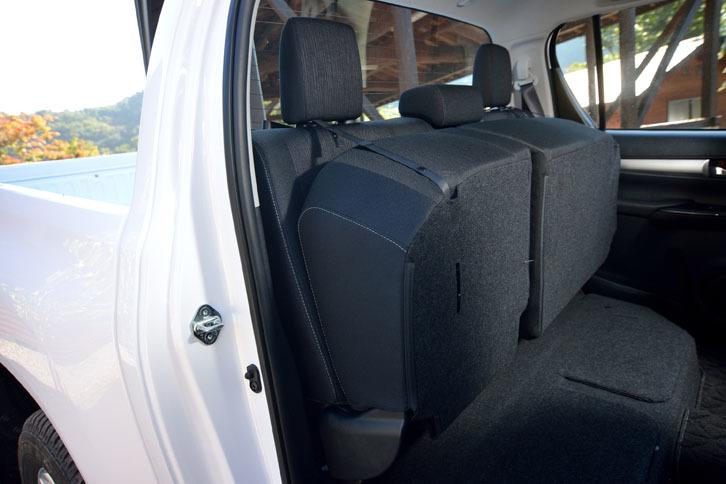 後席の座面は、写真のようにチップアップが可能。背の高い荷物を室内に積むことができる。
