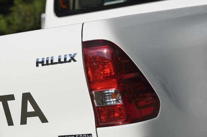 リアコンビランプには、急ブレーキをかけた際にハザードランプを点滅させて後続車に注意を促す「緊急ブレーキシグナル」が備わる。