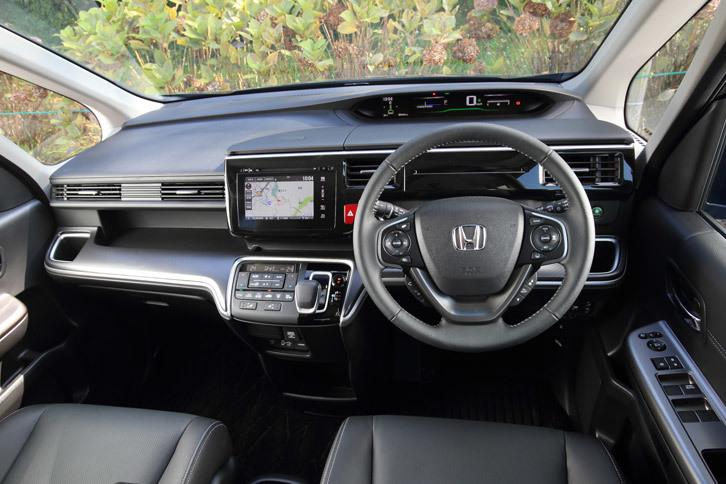 インテリアでは、パワーフローの表示が追加されたメーターと、専用のシフトセレクターがハイブリッド車の特徴。