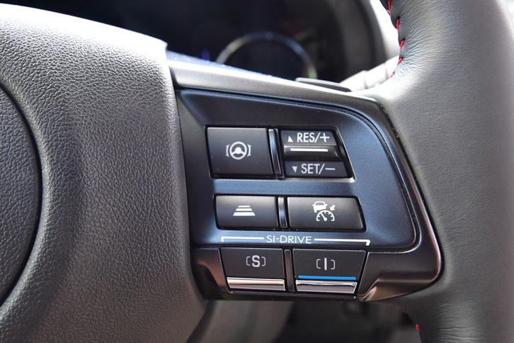 アイサイトのスイッチは、ステアリングの右側のスポークに集められている。その下にあるのはドライブモード、SI-DRIVEの切り替えスイッチ。