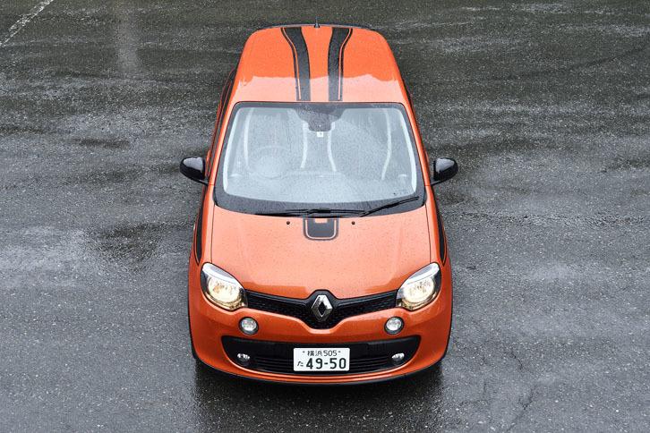 試乗車は200台の限定車。ボンネットからルーフ後端へと続くデカールはコンセプトカー「トゥインラン」(2013年)にならったもので、NACAダクトをイメージしているという。