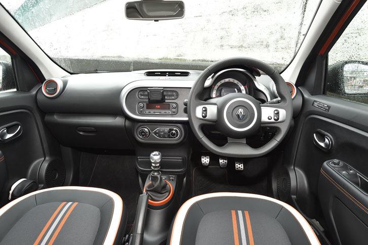 室内にも差し色としてオレンジが用いられている。レザーステアリングや前席シートヒーターが標準で備わる。