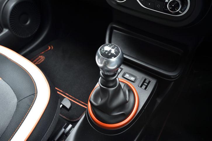限定車のトランスミッションは5段MTのみ。追って発売されるカタログモデルでは6段EDC(エフィシェント・デュアル・クラッチ)仕様も設定される予定。