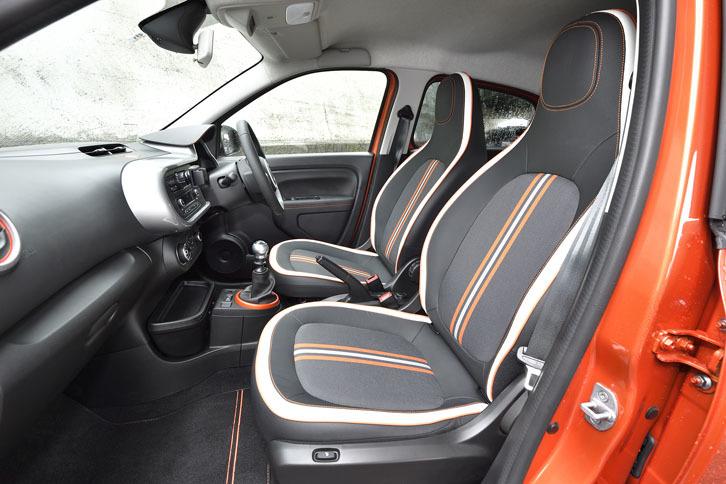 レザー調素材とファブリックからなるシートが装着される。中央には白とオレンジのラインが入る。
