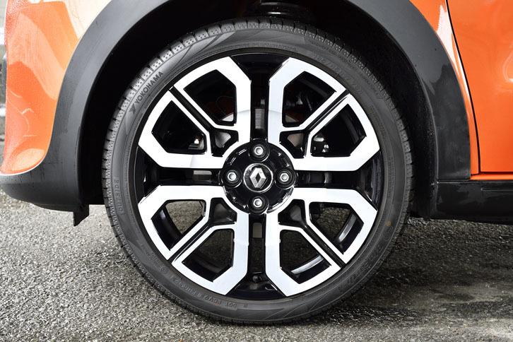 タイヤサイズは前が185/45R17で、後ろが205/40R17。テスト車のタイヤは「ヨコハマ・ブルーアースA」。