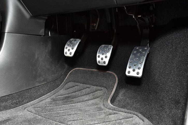 小さな車のわりにはクラッチを踏む左足周辺のスペースは十分。しかしフットレストはなく、左足はクラッチペダルの下に潜らせておいて待機することになる。
