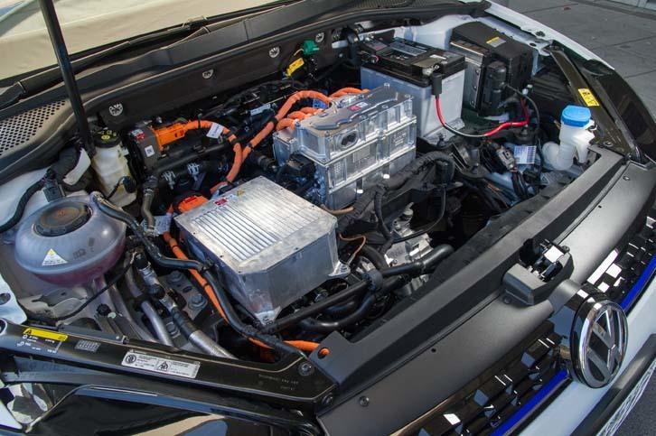 フロントフード下に搭載されるパワーユニット。自社製だという駆動用モーターは、最高出力136psと最大トルク290Nmを定格で発生する。