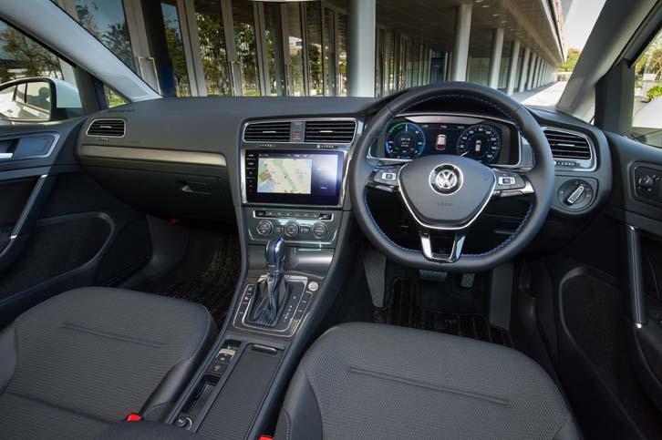 シンプルなつくりのインテリアは、ガソリン車の「ゴルフ」とほとんど同じ。