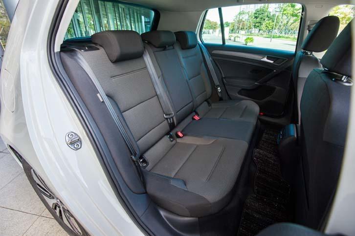 ガソリン車の「ゴルフ」と同様、後席は3人掛け。60:40の分割可倒機構を備えている。
