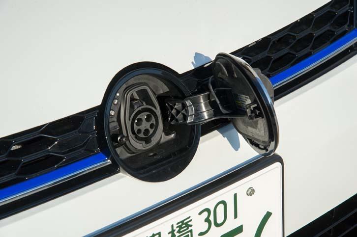 フロントの「VW」エンブレムの裏側には200Vの普通充電用ソケットが備わる。2017年時点で主流の3kW規格のほか、次世代規格と目される6kWの倍速充電にも対応している。