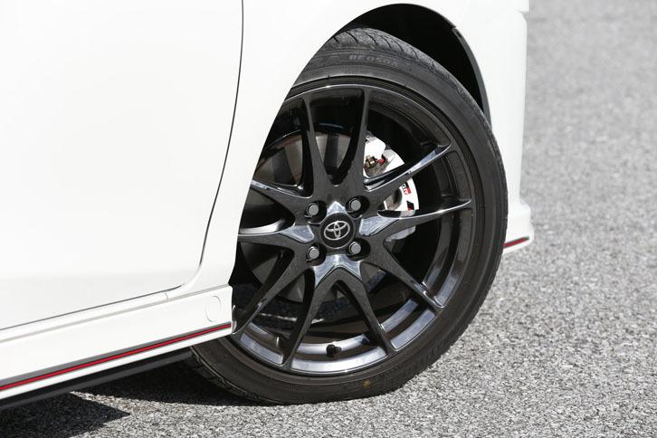 ダークスパッタリング加工が施された、17インチアルミホイール。タイヤは「ポテンザRE050A」が組み合わされていた。