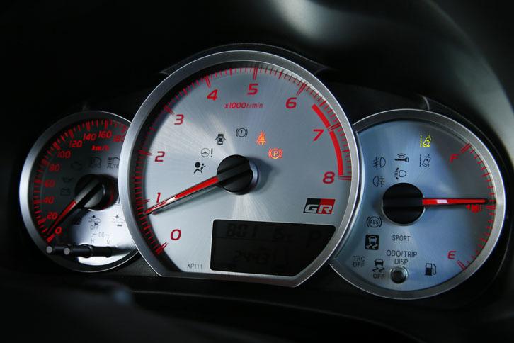"""中央にエンジン回転計が据えられた、「ヴィッツGRスポーツ""""GR""""」の「シルバープレートアナログメーター」。"""