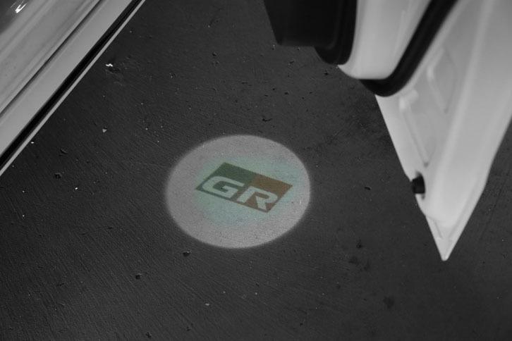 フロントドアを開けると足元にロゴマークが浮かび上がる「GR LEDアクセントライト」。1万9440円のディーラーオプションとして用意される。