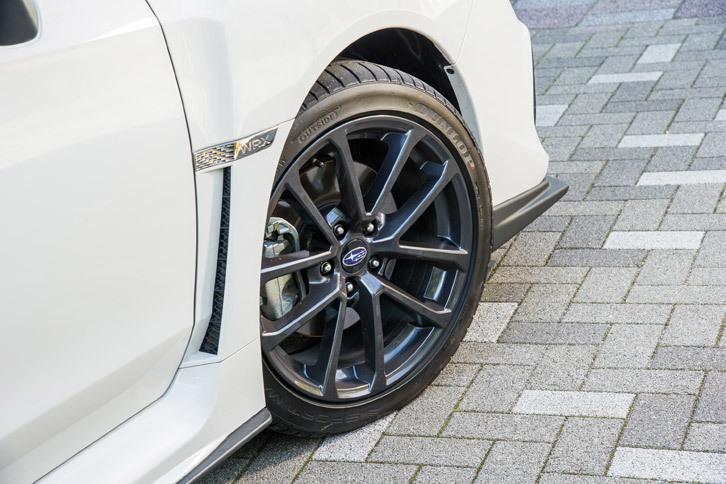 タイヤサイズはグレードによって異なり、「2.0GT EyeSight」では225/45R18、今回試乗した「2.0GT-S EyeSight」では245/40R18となっている。