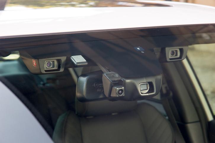 運転支援システム「アイサイト」のステレオカメラ。写真の左右に見えるものがそれで、中央はハイビームアシスト用の単眼カメラである。