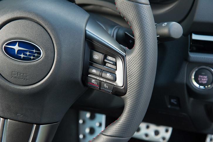 ステアリングホイールに備わる「アイサイト・ツーリングアシスト」の操作スイッチ。操舵支援機能のオン/オフを除けば、操作方法は通常の前走車追従機能付きクルーズコントロールと変わらない。