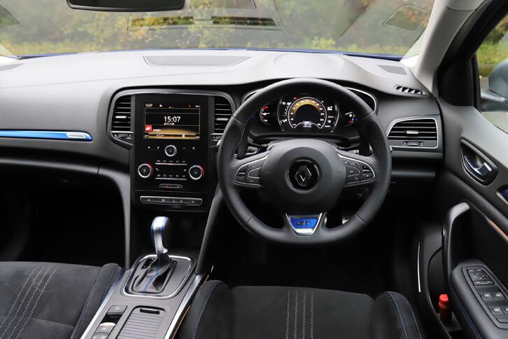 「GT」のインテリアは、各所に施されたブルーのアクセントが特徴。ナパレザーの専用ステアリングホイールが装備される。