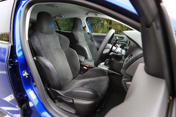 これもGT専用装備となる、アルカンターラのスポーツシート。前席にはシートヒーターが標準装備される。