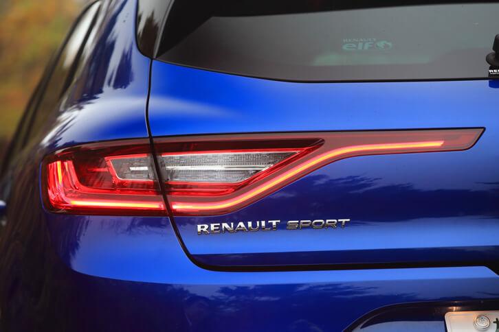 ワイド感を強調する横長のリアコンビランプ。「RENAULT SPORT」のバッジからもわかるとおり、「GT」の開発には、ルノーのモータースポーツを統括する「ルノー・スポール」が関与している。