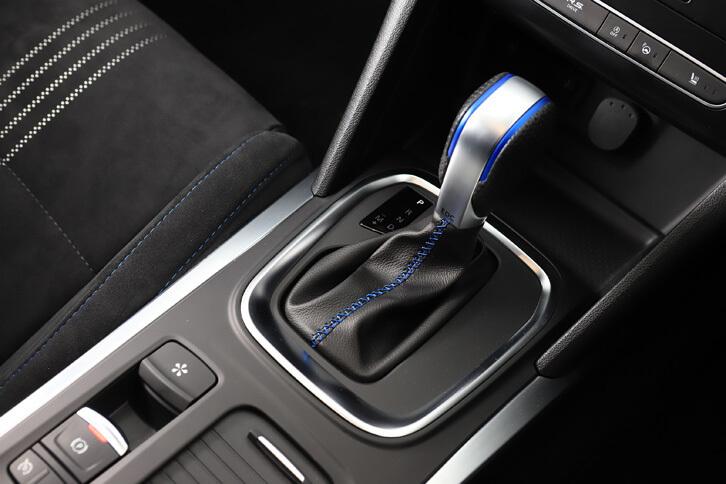 トランスミッションは湿式多板クラッチを用いたデュアルクラッチ式7段AT。「GT」では写真のシフトセレクターに加え、シフトパドルでも手動変速が可能となっている。