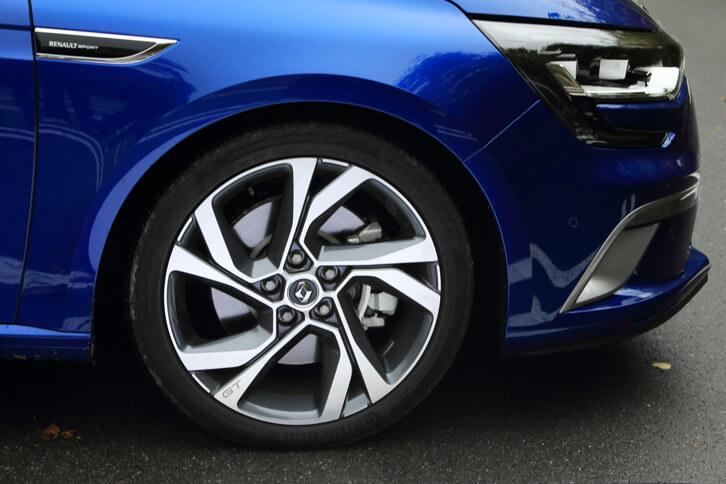 「GT」のタイヤサイズは225/40R18。「GTライン」のタイヤと比べると、幅は共通、外径もほぼ同じだが、偏平率はこちらの方が低い。