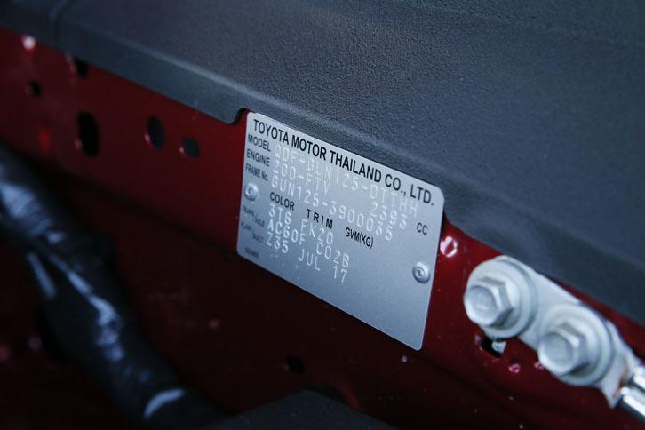 「ハイラックス」の日本仕様車はタイで生産されている。エンジンルーム内には、それを示すプレートも見られる。