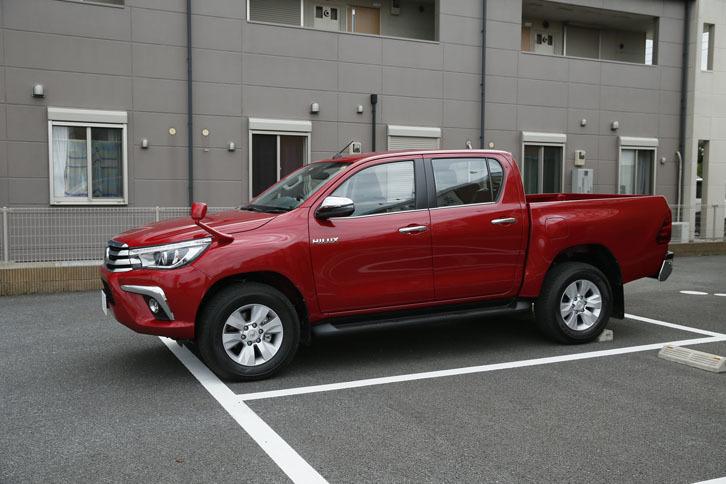 全長5335mm、ホイールベース3085mmの「ハイラックス」。一般的な駐車場では、ご覧のように駐車枠からはみ出てしまうことも多い。