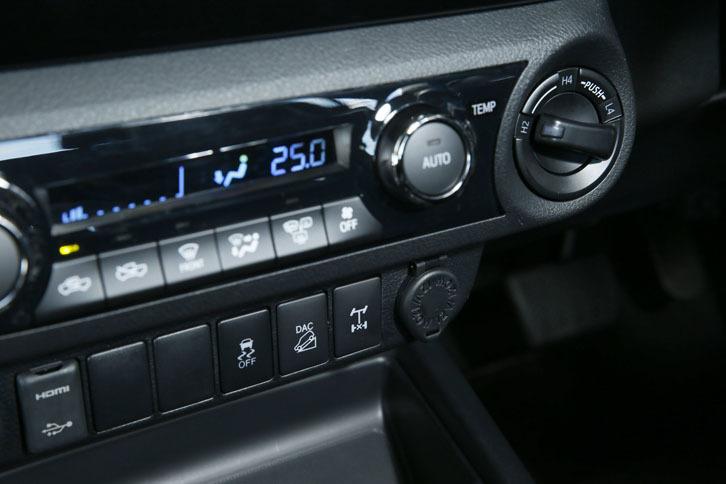 センターコンソールには、エアコンのスイッチ(写真中央)のほかに、駆動方式のセレクター(同右)が並ぶ。