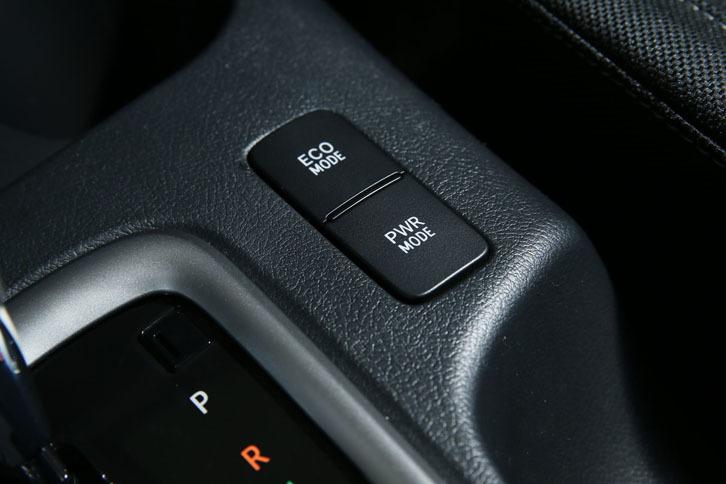 シフトレバーの右側にレイアウトされる走行モードのセレクトボタン。燃費を優先するエコモードのほか、ピックアップ重視のパワーモードが用意される。