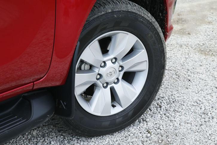 ホイールのサイズは17インチ。テスト車には「ダンロップ・グラントレックAT」タイヤが組み合わされていた。