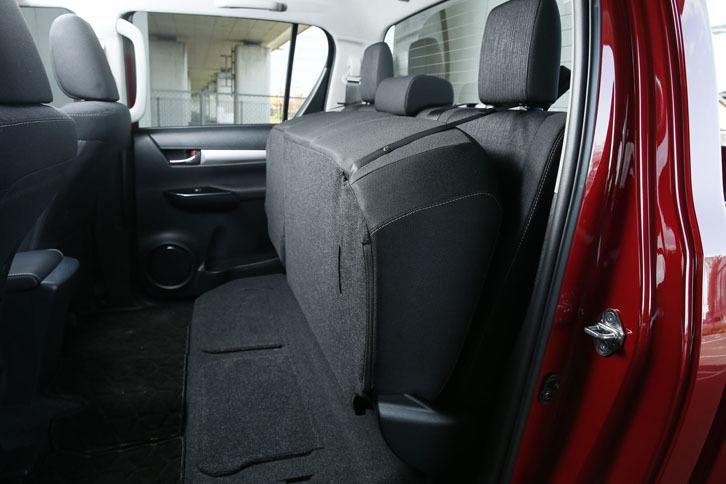 後席の座面はチップアップ可能。写真のように固定することで、荷物の積載スペースが作り出せる。