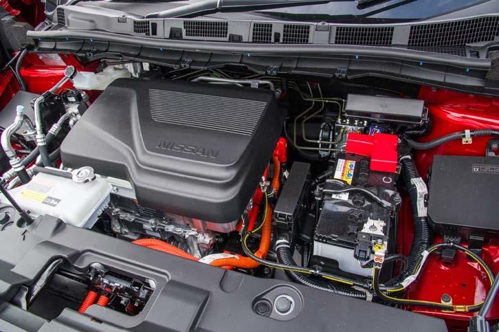 フロントフード下に収まる走行用モーターは最高出力150ps、最大トルク320Nmを発生。従来型から41psと66Nm向上している。