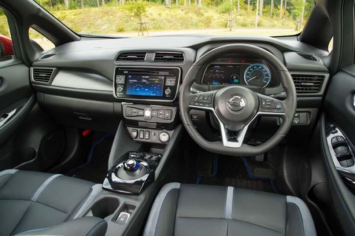 テスト車のインテリアカラーはブラック。ダッシュボードやステアリングなどにはブルーのアクセントが施される。