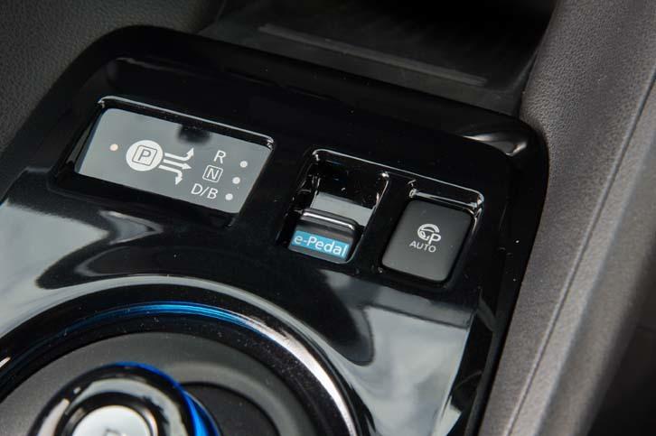 シフトセレクターの奥には、「e-Pedal」のオン/オフスイッチと、「プロパイロット パーキング」の作動スイッチが備わる。
