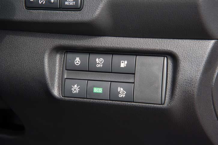 ステアリングホイールの右下には、ステアリングヒーターのオン/オフスイッチや、充電ポートを開けるスイッチなどが並ぶ。