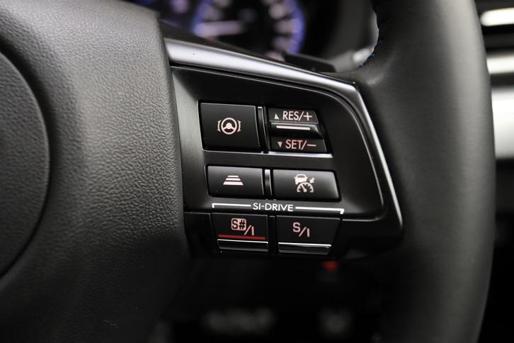 操舵支援機能付きアダプティブクルーズコントロールシステム「アイサイト・ツーリングアシスト」と、走行モード切り替え機構「SIドライブ」の操作スイッチは、ステアリングホイールの右スポークに装備される。
