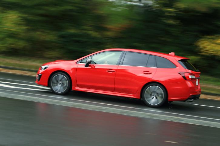 今回のマイナーチェンジでは、ボディーの各所に振動騒音対策を施すことで、走行時の静粛性を向上。1.6リッターモデルについては、制御の見直しにより燃費の改善も図っている。