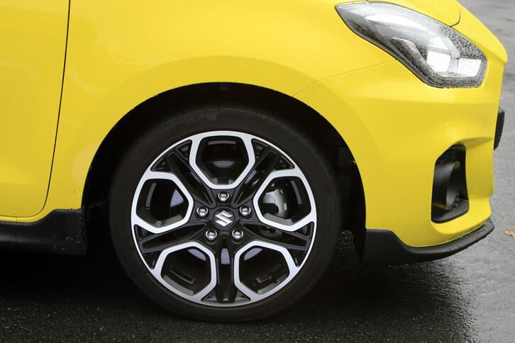 タイヤサイズは、標準車より幅が広く、偏平率の低い195/45R17。コンチネンタルの高性能タイヤ「コンチスポーツコンタクト5」が装着される。