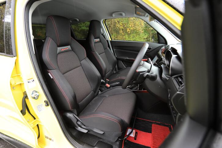 シートはサポート性を考慮したセミバケットタイプ。ホールド性の向上に加え、軽量・高剛性のシートフレームを採用することで軽量化も実現している。
